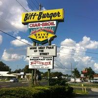 Das Foto wurde bei Biff Burger von Maureen am 9/27/2012 aufgenommen