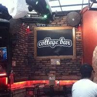 Снимок сделан в College Bar пользователем Rossainz C'G 1/30/2013