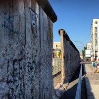 Das Foto wurde bei Baudenkmal Berliner Mauer von Daryn am 5/16/2013 aufgenommen