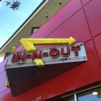 Foto scattata a In-N-Out Burger da Dan W. il 10/29/2014