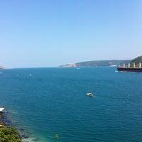Das Foto wurde bei Güzel Yer Balık Lokantası von Seren Fulden A. am 7/28/2013 aufgenommen
