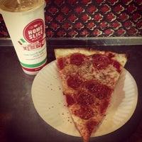 Foto scattata a Home Slice Pizza da Erik il 1/28/2013