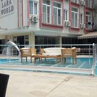 รูปภาพถ่ายที่ Lara World Hotel Havuz Başı โดย Yusuf . เมื่อ 5/26/2018