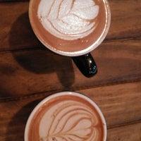 Das Foto wurde bei Brown Caffeine Lab von Vi 💕 R. am 10/19/2017 aufgenommen
