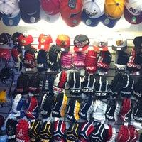 Снимок сделан в Национальный хоккейный магазин пользователем Dimaudio ® 7/22/2013