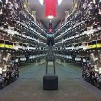 Снимок сделан в Национальный хоккейный магазин пользователем Dimaudio ® 7/21/2013