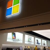 Foto tirada no(a) Microsoft Store por Seth N. em 2/1/2018