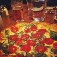 10/11/2012 tarihinde Stefan J.ziyaretçi tarafından Lucky Pie Pizza & Tap House'de çekilen fotoğraf