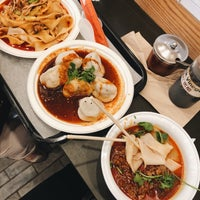 Foto scattata a Xi'an Famous Foods da Angela C. il 9/9/2018