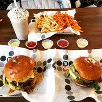 1/6/2015 tarihinde Nikki T.ziyaretçi tarafından Burger 21'de çekilen fotoğraf