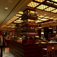 Foto tomada en The Plaza Food Hall por Ben K. el 3/14/2015