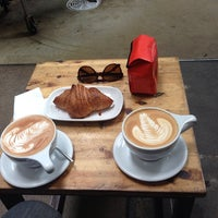 Foto tomada en Intelligentsia Coffee & Tea por Laura el 8/25/2013