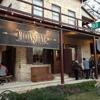 Foto tomada en Moonshine Patio Bar & Grill por Bastian B. el 3/11/2013