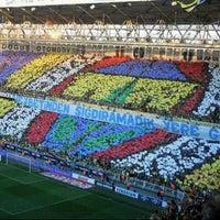 Das Foto wurde bei Ülker Stadyumu Fenerbahçe Şükrü Saracoğlu Spor Kompleksi von Zeynep C. am 10/24/2013 aufgenommen
