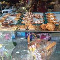 Foto tomada en LaGuli Pastry Shop por Melody el 5/30/2014