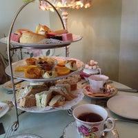 Foto scattata a English Rose Tea Room da Sophie il 6/21/2014