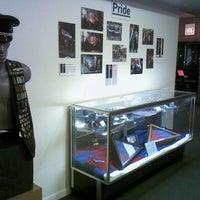 Das Foto wurde bei Leather Archives & Museum von Scout T. am 10/7/2012 aufgenommen