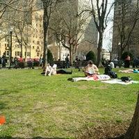 Das Foto wurde bei Rittenhouse Square von Garth T. am 4/8/2013 aufgenommen