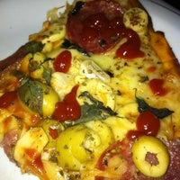 Foto tirada no(a) Queen Pizza por Ernesto B. em 3/15/2013