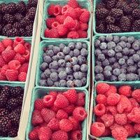 5/19/2013 tarihinde Eliza C.ziyaretçi tarafından Studio City Farmers Market'de çekilen fotoğraf