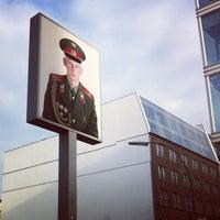 Das Foto wurde bei Checkpoint Charlie von Deric L. am 12/17/2012 aufgenommen