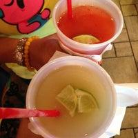 Foto tomada en La Parrilla Mexican Restaurant por Tene' W. el 5/5/2013