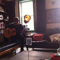 12/1/2012 tarihinde Kelseyziyaretçi tarafından One Shot Cafe'de çekilen fotoğraf
