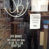 รูปภาพถ่ายที่ Jack Brown's Beer & Burger Joint โดย Mark H. เมื่อ 11/16/2012
