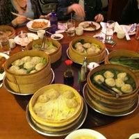 Снимок сделан в Joe's Shanghai 鹿嗚春 пользователем Stella R. 4/14/2013
