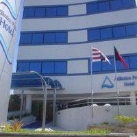 Foto tirada no(a) Atlântico Praia Hotel por Ziziprof em 12/6/2012