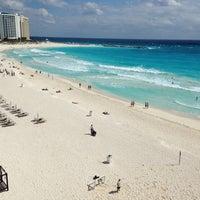 Das Foto wurde bei Forum Beach Club von Manny R. am 2/18/2013 aufgenommen