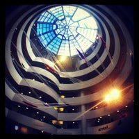 Foto tomada en Solomon R Guggenheim Museum por April Joy C. el 2/15/2013
