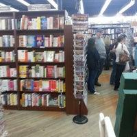 Foto diambil di Brookline Booksmith oleh Yazmin F. pada 10/4/2012