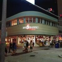 Das Foto wurde bei 5 Napkin Grill von Melvin Bossman R. am 7/22/2013 aufgenommen