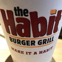 Foto tirada no(a) The Habit Burger Grill por William S. em 3/19/2017