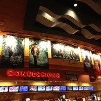 Foto tirada no(a) Regal Cinemas Red Rock 16 & IMAX por Mark S. em 2/15/2013
