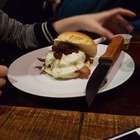 Foto tirada no(a) Fábrica 7 Burger & Beer por Guilherme F. em 4/22/2017