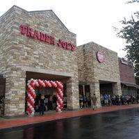 รูปภาพถ่ายที่ Trader Joe's โดย David H. เมื่อ 9/20/2013