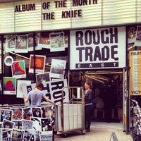 Das Foto wurde bei Rough Trade East von Simon T. am 4/17/2013 aufgenommen