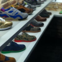 2/27/2013 tarihinde Josh R.ziyaretçi tarafından Sneaker'de çekilen fotoğraf