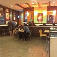Foto tirada no(a) McDonald's / McCafé por Ern P. em 12/26/2012