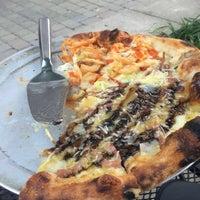 Foto scattata a Coals Artisan Pizza da Malcolm il 8/20/2016
