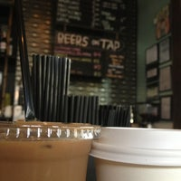 Photo prise au Double Trouble Caffeine & Cocktails par Hannah T. le10/25/2012