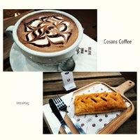 Foto scattata a Cosans Coffee da Chow S. il 3/23/2014
