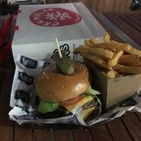 7/28/2017 tarihinde Michael H.ziyaretçi tarafından Varsity Burgers - Northbridge'de çekilen fotoğraf