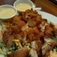 รูปภาพถ่ายที่ Village Tavern & Grill โดย Victor C. เมื่อ 10/2/2012