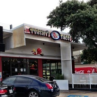 Foto scattata a Torchy's Tacos da Zach B. il 8/14/2013