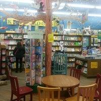 Foto diambil di Brookline Booksmith oleh Van N. pada 3/9/2013