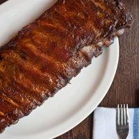 12/31/2013 tarihinde Neely's BBQ Parlorziyaretçi tarafından Neely's BBQ Parlor'de çekilen fotoğraf