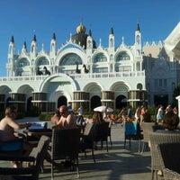 Foto tirada no(a) Venezia Palace Deluxe Resort Hotel por Ömer Alpaslan Ş. em 10/26/2012